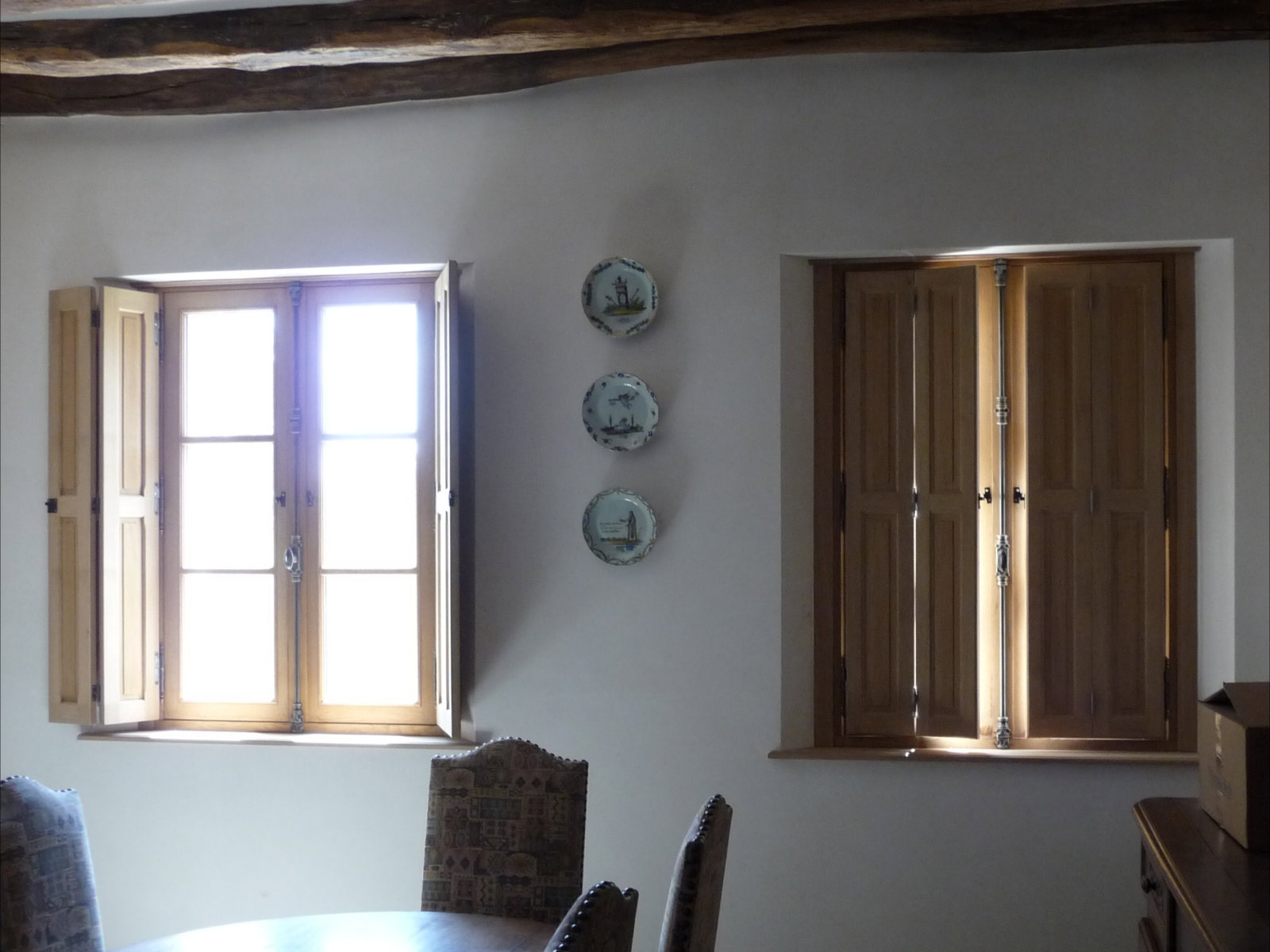 Fen tre traditionnelle en ch ne avec volets d int rieur for Fenetre interieur